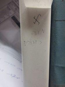 צלב קרס ומוות ליהודים בספריית אוניברסיטת חיפה. צילום: תא לביא