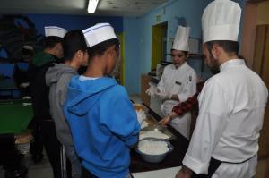 עובדי מלונות דן בסדנת הבישול עם הנערים. צילום: וידאו רפי