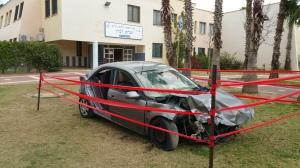 המכונית שהוצבה בפתח בית הספר באה להגביר את המודעות לתאונות הדרכים. צילום: עיריית ק. ים