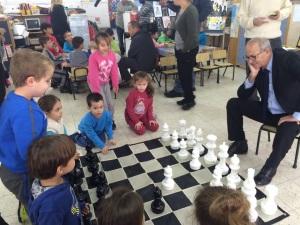 בינמו וילדי הגן לומדים ומשחקים שחמט/ צילום: לובה אלתרמן