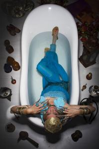 באמבטיה. אביטל דיקר. צילום: שי גבריאלי