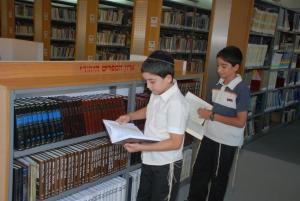 בתכנית בני הנוער נחשפים לארון הספרים היהודי. צילום: רפי עשור