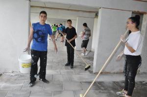 נערכו עבודות שיפוץ על ידי מתנדבים ותלמידים בבתי מגורים של קשישים ונזקקים בשכונת נווה חן. צילום: עיריית ק אתא