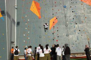 מתנדבים ואנשי צוות שסייעו לבעלי הצרכים המיוחדים בביצוע הפעילות הספורטיבית. צילום: עיריית עכו