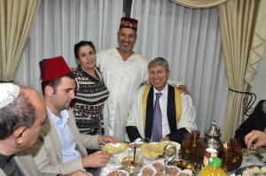 ראש העירייה פרץ (מימין) עם משפחת קדוש במימונה. צילום: רפי עשור