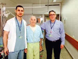 """המנותח נתן והרופאים ברוסקין וסלימאן. """"הם החזירו לי את החיים מחדש"""". צילום: אלי דדון"""